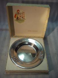 Silver plated childrens plate in box. Kinderbordje in doos, verzilverd, met sprookjes afbeeldingen ROODKAPJE, gero zilver.