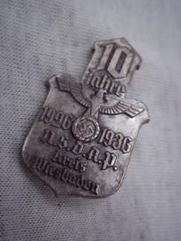 German tinnie, rally badge, Duitse tinnie 10 Jahre 1926-1936 NSDAP Kreis Wiesbaden. met hersteller.