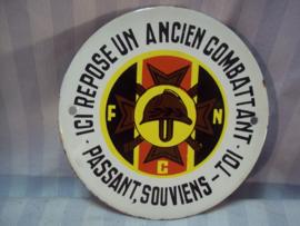 Enamel sign FNC  Federation National de Combattant, emaille bord oudstrijders, ter herinnering aan een gevallen oudstrijder. 1e model met schroefgaten en geen beugel aan de achterkant.