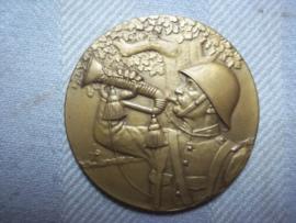 Nederlandse bronzen penning 4 cm doorsnee, Grenadier blaast op bazuin. achterop staat niets gegraveerd. zeer mooie staat, decoratief.