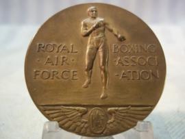 RAF boxing trophy cup silver, and 2 Boxing medals same person. Zilveren beker en 2 medailles bokswedstrijd RAF in Egypte, allen van dezelfde persoon. E.W. Franklin, sergeant bij de RAF