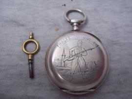 Frans zakhorloge, met sleutel, en gravering op de achterkant. HALTE QUI VIVE is het opschrift, zeer bijzonder stuk, helaas loopt het horloge niet meer.