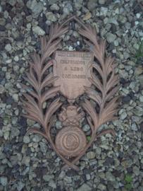 Aluminium plaquette Graf monument met de Franse medaille discipline et Valeur. aangeboden door de kameraden. 38 cm. zeer decoratief