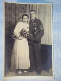 Duitse trouwfoto soldaat met KRIM schild EK, gewonden embleem Infanterie sturm abzeichen
