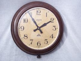 Bakkelieten klok met Broad-arrow  /I\. Smith 8 dagen uurwerk in bakkelieten kast jaren 30-40 klok loopt niet lang enkel enige minuten. zeer decoratief en apart.