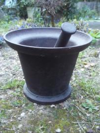 Zware giet ijzeren vijzel met stamper, makers symbool aan de onderkant.