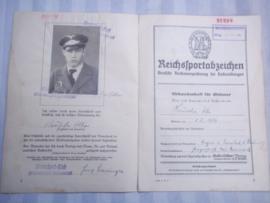 Duitse oorkonde voor het bronzen sport abzeichen D.R.L. mooi ingevuld document met man op foto in uniform van de Luftwaffe. zeer aparte foto zie petkoord.
