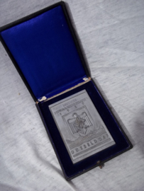 German sporting plaque in case. Duitse penning in doos.6 bij 8,5 cm. Deutsche Schwimmmeisterschaften 1937 Düsseldorf. Zweite in der Staffelmeisterschaft 3 x 100m.  Kraulschwimmen. deksel van doosje is los.