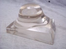 German helmet made of glass as press-papier. Miniatuur glazen Duitse helm Model 1916 als press-papier. leuke variant op de vele metalen en bronzen miniatuur helmen.
