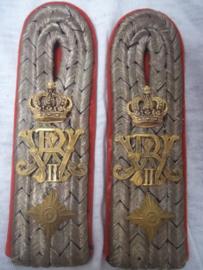 German shoulderboards Duitse epauletten officier, hauptmann.  Königs - Infanterie Regiment Nr. 145 (6. Lothringisches) Regiment met vele veldslagen samengevoegd met Machinegewehr en Minenwerfer Regimenten zeldzame stukken TOP staat.