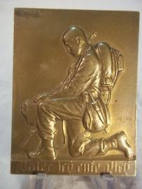 Plaque Austian army ww1, Bronzen plaquette Oostenrijks leger afgebeeld een Oostenrijkse soldaat in volle bepakking, knielend, zeer bijzonder