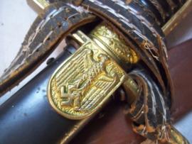 German Wehrmacht sword etched blade. Duits Wehrmacht sabel met gegraveerd lemmet .  2.Reit. Batterie artl. Reg. 6    compleet met troddel en leren drager TOP. rode steentjes  in leeuwenkop.