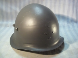 Danish former police helmet Model 1939 used as civil defence helmet after removing the police badge. Deense helm M-39 ex-politie, gebruikt door de luchtbescherming zonder politie embleem .