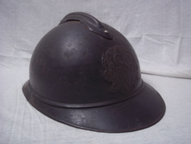 French helmet M-1915 of the Medical department. Franse helm casque adrianne model 1915 met embleem van de Militaire gezondheidszorg. in een zeer mooie staat met origineel binnenwerk, naam in helm gekrast, leer is gestempeld.