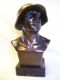 Statue of a Swiss soldier, markes and signed. Buste van een Zwitserse soldaat geweldig gedetailleerd. 24 cm.