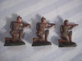 3 speelgoed soldaten leuk relief. oud speelgoed 1890-1900 merkloos gebruikssporen
