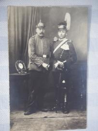 Duitse postkaart WO1 pickelhaube en ulanentsjapka.