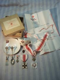 Kaveltje, medailles en geschenken, van de Belgische bloedtransfusie dienst, hoogste onderscheiding voor 300 maal geven. met brief, kop en schotel, lepel vork, draagmedaille en speld. in doosje met 2 talen