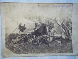 Postkaart met neer geschoten Frans vliegtuig en dode Franse piloot