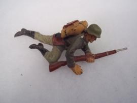 German ELASTOLIN toy soldier crawling.Duits speelgoed soldaatje kruipend goede staat