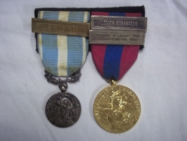 French medal bar, Legion etrangere, and a tab of Tchad..Franse medaille balk van een legionair.