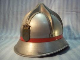 Austrian fire helmet with badge, very good condition. Oostenrijkse brandweerhelm Spinnenkop model, goede staat.