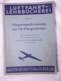 German book for recognizing airplanes NSFK.Duits boek vliegtuig herkenning 1943 156 pagina`s. tientallen vliegtuigen afgebeeld