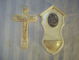 Hard plastic, celluloid communie setje kruisbeeld, met wijwatersvaatje  zeer decoratief.