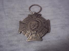 Nederlandse medaille VOOR KRIJGSVERRICHTINGEN, klein model 3 cm. bol van vorm.