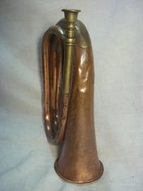 British bugle nicely marked with broad arrow and date, Engelse signaalhoorn 1903 met oorlogspijl en regimentsnummer gebruikte staat bijzonder item