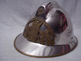 French fire helmet, modell 1926 with firedepartment badge of a city. Franse brandweerhelm M-26 compleet, met embleem met stadswapen, zeer apart.