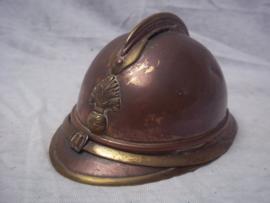 Franse miniatuurhelm M-1915- LOOPGRAVENKUNST- zeer gedetailleerd gemaakt, zelfs het binnenwerk is van metaal. 13 cm. lang en 7 cm hoog, breed 9 cm. Zeldzaam item.