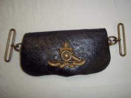 British ammunition pouch of the Royal artillery, with badge complete worn conditiom. Engels leren tasje van de Veldartillerie met embleem gedragen staat maar compleet.