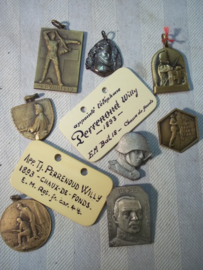 Lot of personal badges and ID plaques Swiss army WW1. Lot van verschillende Zwitserse emblemen en naamplaatjes, vele op naam en op regiment nummer. leuk lot.