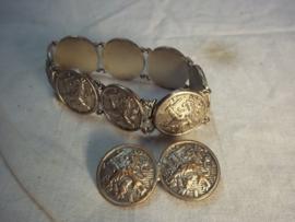 Bracelet and broche made of Dutch military buttons in wartime. Armband en broche gemaakt van Nederlandse legerknopen in bezettingstijd.