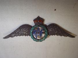 Silver RAF sweetheart badge in an excellent condition. Engelse speld RAF, zilver van een hoge kwaliteit. 5,5 cm.