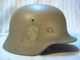Norwegian helmet Mdl.1935 with double decal. and German innerliner. very nice condition Noorse helm M-35 Duits model met Dubbele Decal compleet met binnenwerk en riempje, maat ET 64- perfecte staat.
