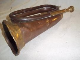British bugle nicely marked  BOOSEY & Co 1917  with war arrow, Engels bazuin uit 1917 zeer apart en mooi loopgraaf item perfekt verzamel item uit de 1e WO