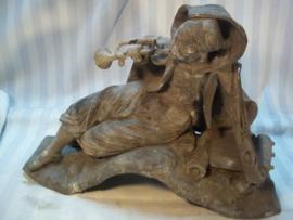 Statue of a Zouave soldier. Oud samak beeld van een Zouaaf met bazuin, mooi gedetailleerd. 32 bij 22 cm. afbeeldingen van zouaven zijn niet dik gezaaid. beeld vertoond ouderdoms plekken, zoals de bazuin. verder zeer mooi gemaakt.