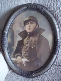 Photograpf of a Belgium soldier in frame with helmet. Foto in lijst van een Belgische soldaat WO1 met helm ingekleurd.