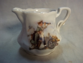 Children milkjug, with nice military decoration. Melkkannetje kinderservies met militaire afbeelding