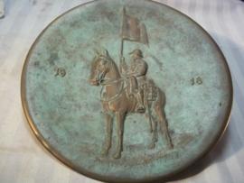 Bronse plaque Swiss soldier on horse 1918, Bronzen ophangbord, plaquette uit 1918 met Zwitserse lansier.