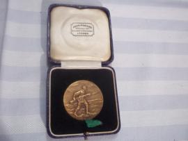 British medal between wars. Bayonet fencing trophy 1934. medal was presented by Lt. Col. Bellamy, TD  to  Lt. N.B. Deeks.. Mooie penning met randschrift. curieus ding. doorsnee 4 cm. in originele doos.