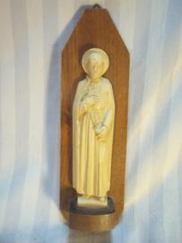 Houten console met beeldje van een heilige.