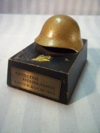 Swiss artillery price 1976. Zwitserse schietprijs van de artillerie, met miniatuur helm uit 1976.