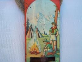 Tin toy whistle with scouts on.Blikken speelgoed fluitje met daarop afgebeeld verkenners, scouts, padvinders