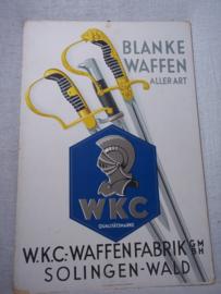 German advertisment item of WKC swords and bayonets. Kartonnen reclame Derde Rijk, van WKC Waffenfabrik - Solingen-Wald. mooie afbeelding met sabels en bajonetten, zeer decoratief bij een wapen verzameling. 30 bij 48 cm. zeldzaam, rare.