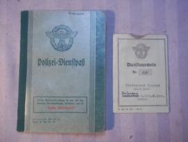 German police servicebook. Duits Polizei Dienstpas en Dienstausweis van dezelfde persoon. leuk gestempelr, stempel 3e Polizei Wach Bataillion XVII. deze waren niet bepaalt vriendelijk actie Litzmannstadt ghetto Lodz. TOP