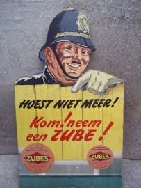 Advertisment billboard wit an image of a bobby. Kartonnen reclameplaat met afbeelding van Engelse politieagent
