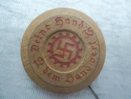 Houten speldje DAF 1935 Deine Hand dem Handwerk.